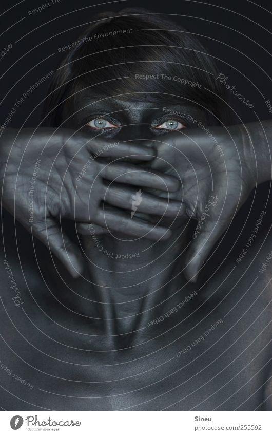 Nichts zu sagen. Frau Erwachsene Kopf Auge Brust Hand 1 Mensch schwarzhaarig langhaarig beobachten Blick dunkel glänzend gruselig kalt Verschwiegenheit ruhig