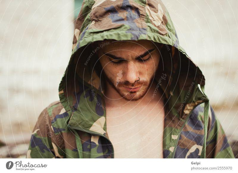 Attraktiver Kerl Lifestyle Stil Gesicht Hooligan maskulin Junge Mann Erwachsene Kultur Straße Mode Jacke Vollbart Denken Traurigkeit Coolness Erotik Typ Kapuze