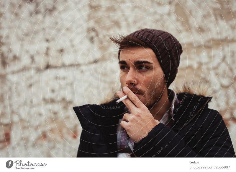 Attraktiver Kerl Lifestyle Stil schön Gesicht Mensch Junge Mann Erwachsene Straße Mode Hut Coolness trendy modern schwarz weiß Zigarette Rauch jung Kaukasier