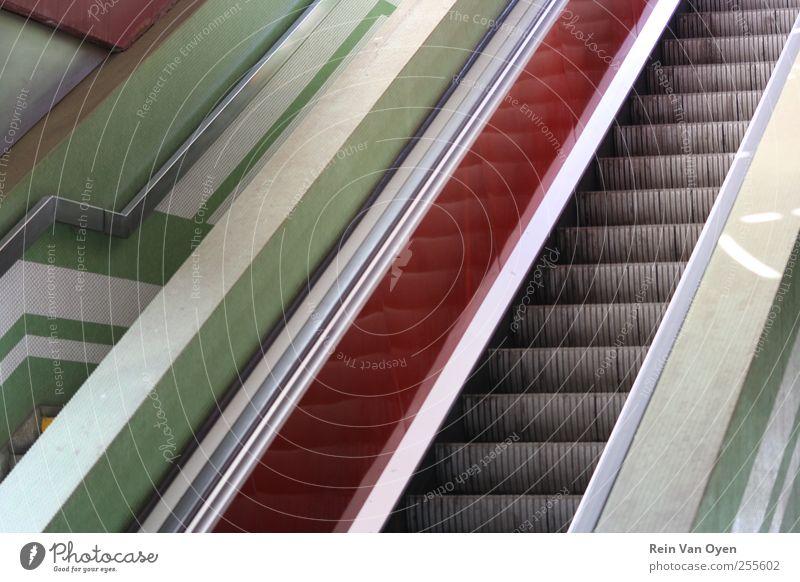 Rolltreppenlinien Bahnhof Flughafen Treppe Treppenhaus eskalieren Linie Zusammensetzung grün rot Reflexion & Spiegelung Wiederholung Geländer komponieren