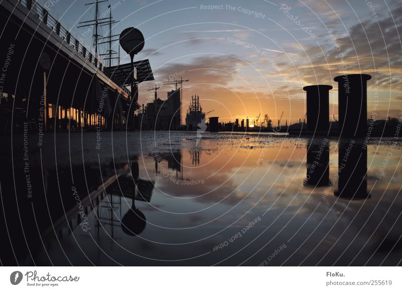 in Hamburg geht die Sonne auf Himmel Wasser blau Stadt schwarz Farbe Stimmung glänzend nass Hafen fantastisch Schönes Wetter Lebensfreude Stadtzentrum