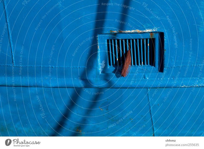 BLAU blau Fenster Metall Wasserfahrzeug Stoff Netz Hafen Schifffahrt Eisen Gitter Blech Lack Seemann Monochrom Fischerboot Schiffswerft