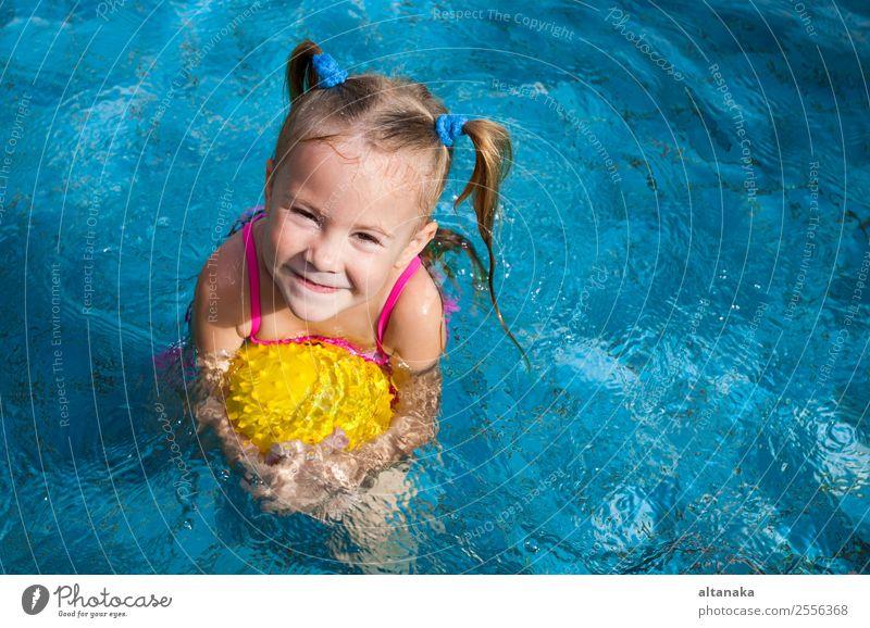 glückliches kleines Mädchen Lifestyle Freude Glück Gesicht Erholung Schwimmbad Freizeit & Hobby Spielen Ferien & Urlaub & Reisen Sommer Sonne Sport Kind Schule