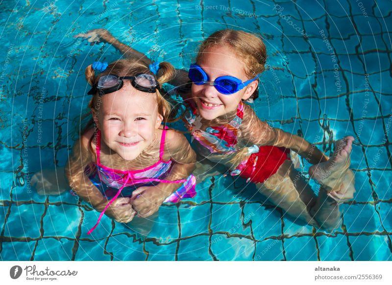 zwei kleine Mädchen, die im Pool spielen. Lifestyle Freude Glück Gesicht Erholung Schwimmbad Freizeit & Hobby Spielen Ferien & Urlaub & Reisen Sommer Sonne