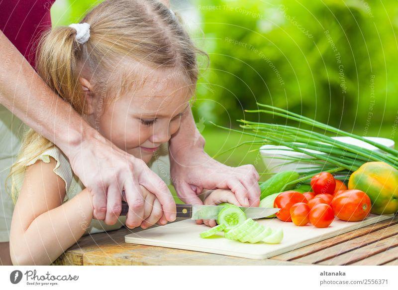 Mutter unterrichtet Tochter Messer Schnitt Gurke Gemüse Essen Abendessen Vegetarische Ernährung Diät Lifestyle Sommer Tisch Küche Kind Mensch Erwachsene Natur