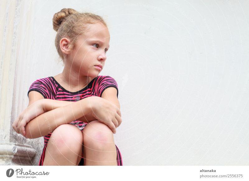 trauriges kleines Mädchen Gesicht Kind Mensch Frau Erwachsene Kindheit Stein Denken sitzen Traurigkeit niedlich weiß Gefühle Sorge Trauer Müdigkeit Schmerz