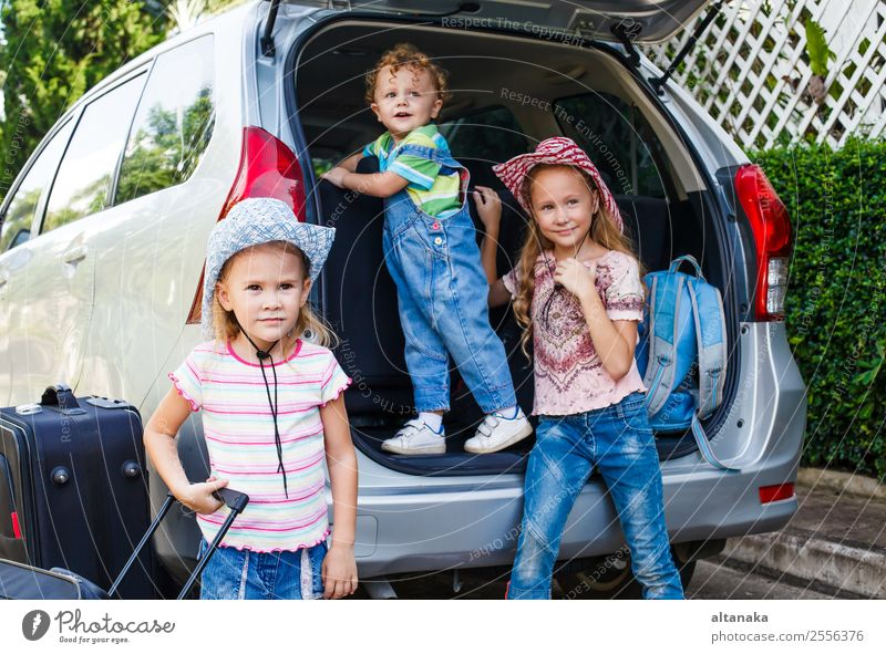 zwei kleine Mädchen und ein Junge, die in der Nähe des Autos stehen. Freude Glück Erholung Freizeit & Hobby Ferien & Urlaub & Reisen Tourismus Ausflug Camping