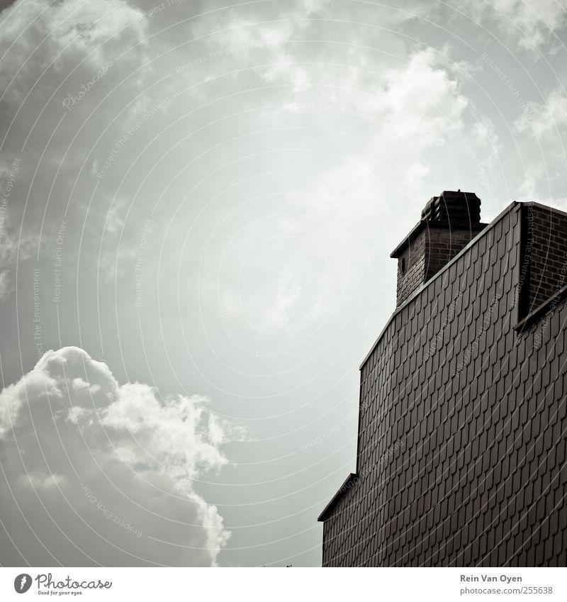 Quadratisch Dorf Kleinstadt Haus Gebäude Architektur Mauer Wand Fassade Dach Schornstein Gelassenheit ruhig Zusammensetzung komponieren Wolken Wolkenhimmel