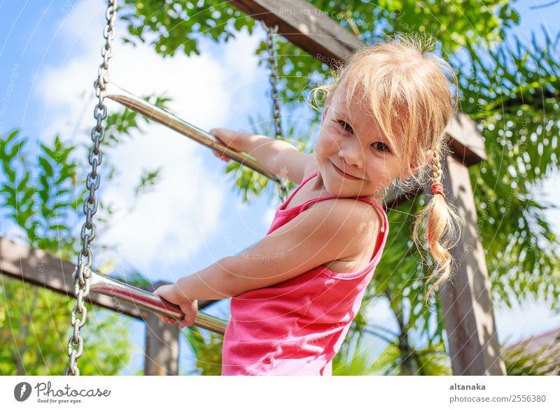 Glückliches kleines Mädchen spielt tagsüber auf dem Spielplatz Lifestyle Freude Gesicht Leben Erholung Freizeit & Hobby Spielen Sommer Sport Kind Mensch Frau