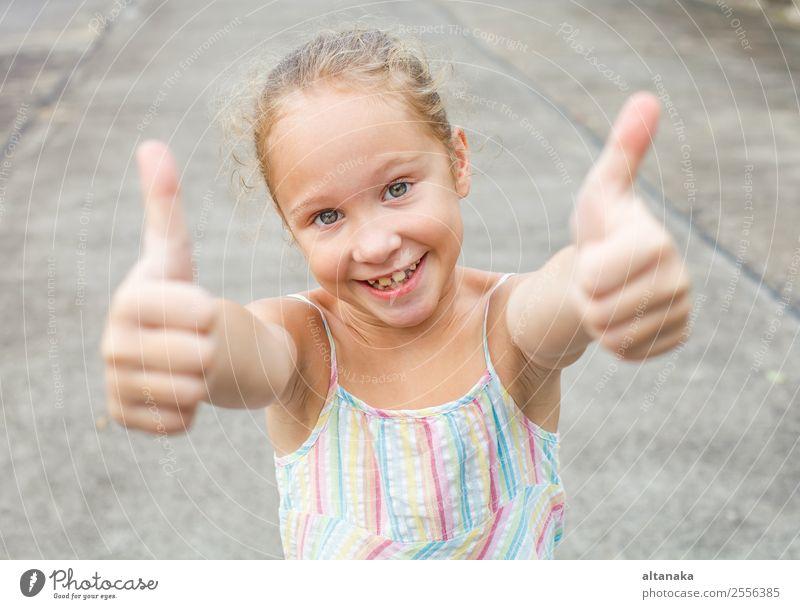 glückliches Mädchen Freude Glück schön Gesicht Leben Sommer Erfolg Kind Mensch Frau Erwachsene Kindheit Arme Hand Finger Park Kleid lachen Coolness Fröhlichkeit