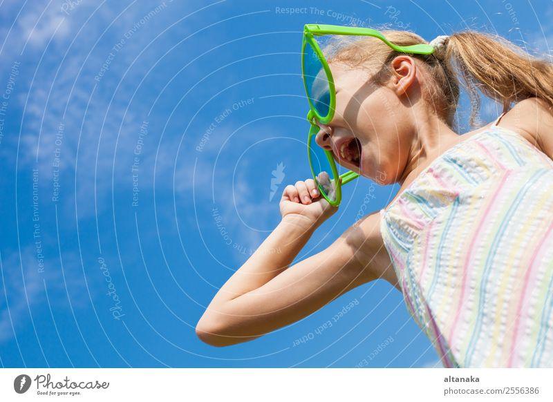 fröhliches kleines Mädchen in großer Sonnenbrille Lifestyle Stil Freude Glück schön Gesicht Freizeit & Hobby Spielen Ferien & Urlaub & Reisen Sommer Kind Mensch