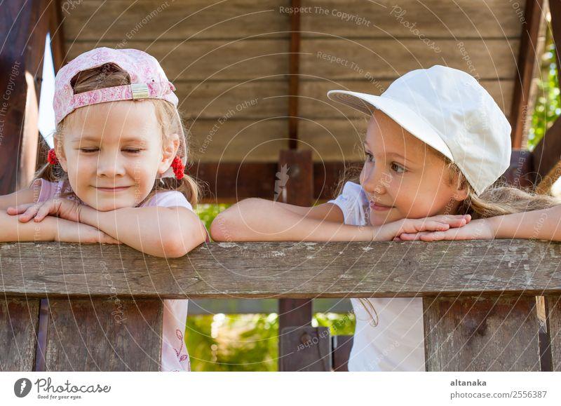 zwei glückliche Mädchen stehen auf dem Spielplatz Lifestyle Freude Glück Gesicht Leben Erholung Freizeit & Hobby Spielen Sommer Sport Kind Mensch Frau