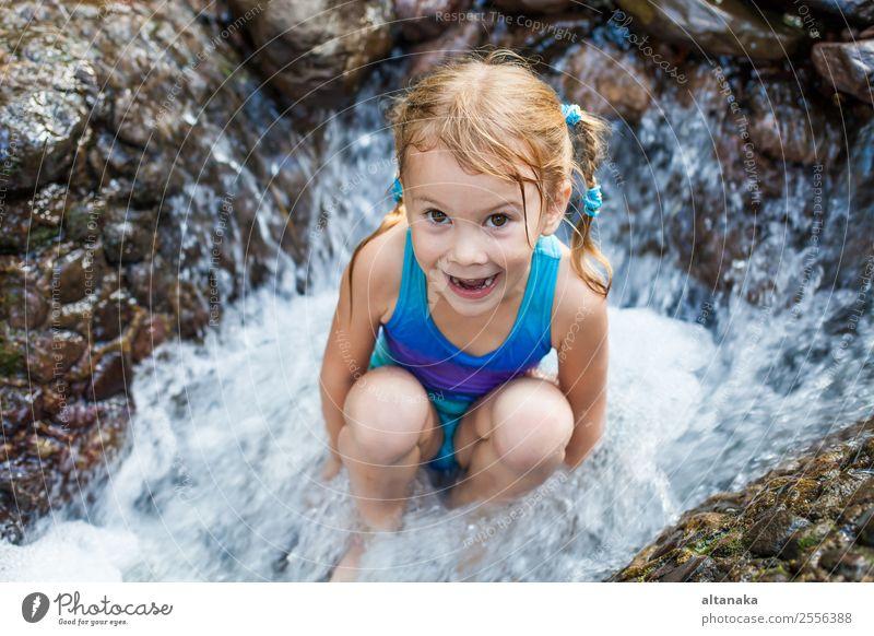 glückliches Mädchen am Wasserfall sitzend Lifestyle Freude Glück Gesicht Erholung Schwimmbad Freizeit & Hobby Spielen Ferien & Urlaub & Reisen Sommer Kind