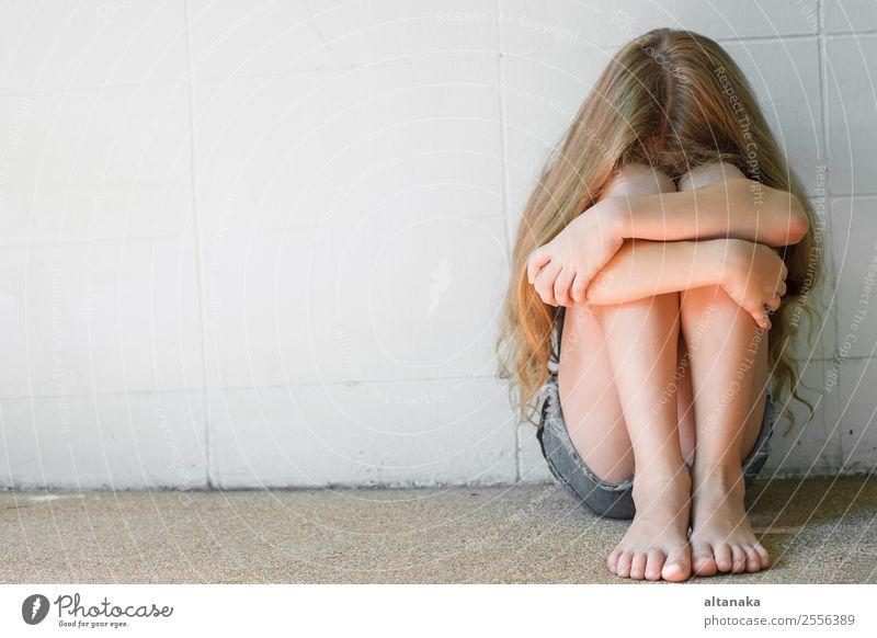 trauriges kleines Mädchen, das an der Mauer sitzt Gesicht Kind Mensch Frau Erwachsene Familie & Verwandtschaft Kindheit Denken Traurigkeit weiß Gefühle Sorge