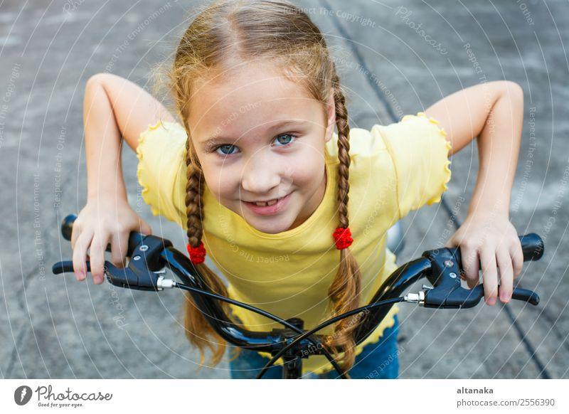 glückliches Kind auf dem Fahrrad Lifestyle Freude Glück schön Gesicht Freizeit & Hobby Spielen Ferien & Urlaub & Reisen Sommer Sport Fahrradfahren Mensch
