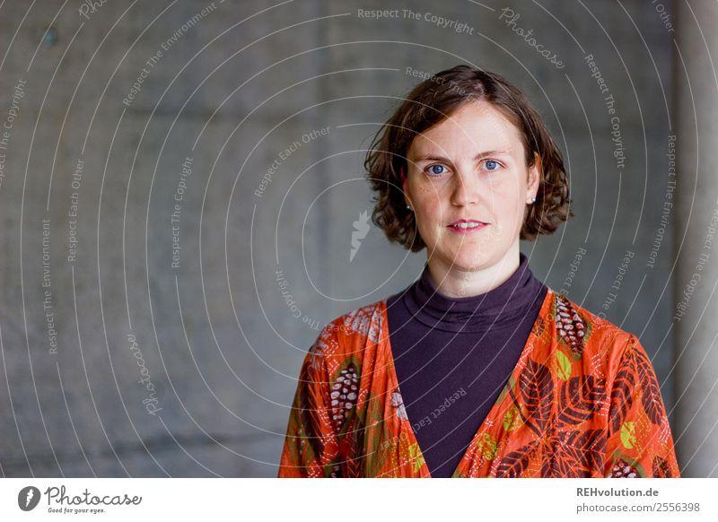 Frauenportrait vor Beton Lifestyle Student Business Karriere Erfolg Mensch feminin Erwachsene 1 30-45 Jahre Haare & Frisuren brünett Lächeln authentisch