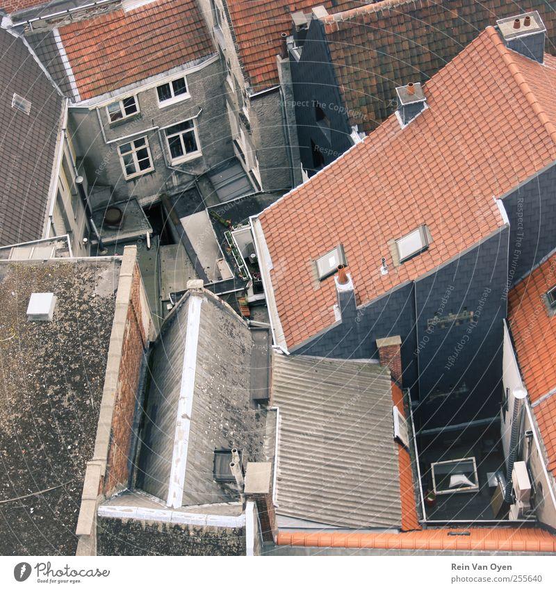 Draufsicht Dorf Kleinstadt Stadt Stadtzentrum Stadtrand Haus Mauer Wand Fenster Dach Dachrinne Schornstein blau braun rot Vogelperspektive Perspektive Quadrat