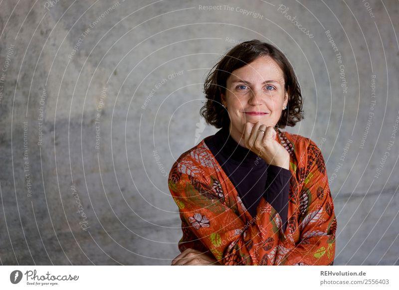 Ela | Portrait vor Beton Frau Mensch Jugendliche Junge Frau Gesicht Erwachsene natürlich feminin Glück Business Haare & Frisuren Arbeit & Erwerbstätigkeit
