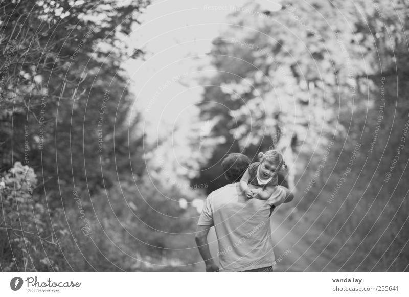 Unhandliches Gepäck Mensch maskulin Kind Kleinkind Mädchen Eltern Erwachsene Vater Familie & Verwandtschaft Kindheit 2 1-3 Jahre Sommer Herbst Baum Wald tragen