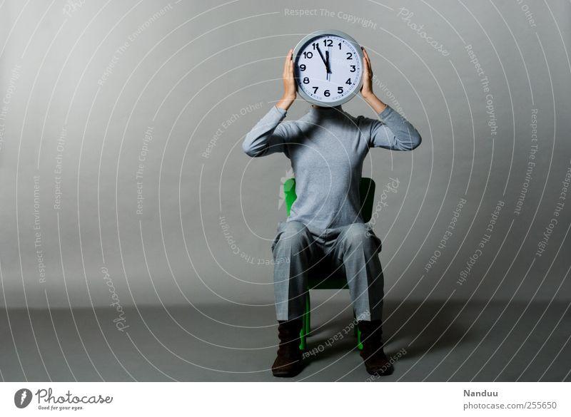 Fünf vor Zwölf Mensch 1 sitzen Uhr fünf vor zwölf Zeit Traurigkeit beklemmend grau Zwang Mittag Pünktlichkeit Eile Business Farbfoto Gedeckte Farben