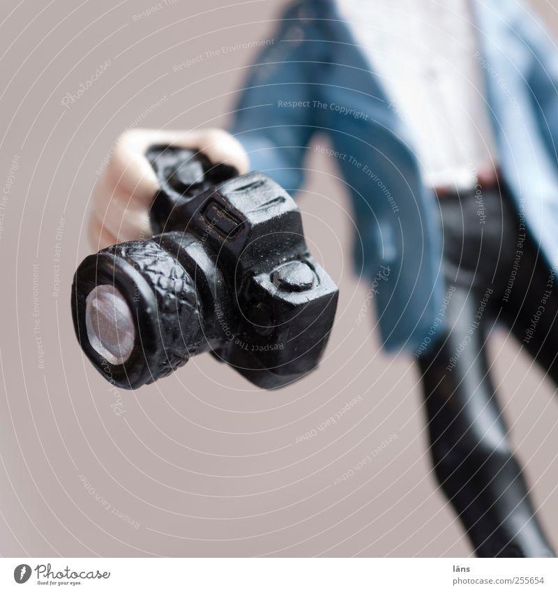 leidenschaft Freizeit & Hobby Fotokamera Werkzeug maskulin Hand blau schwarz Leidenschaft Erwartung Fotograf Figur Arbeitsgeräte Fotografieren Jacke Hose
