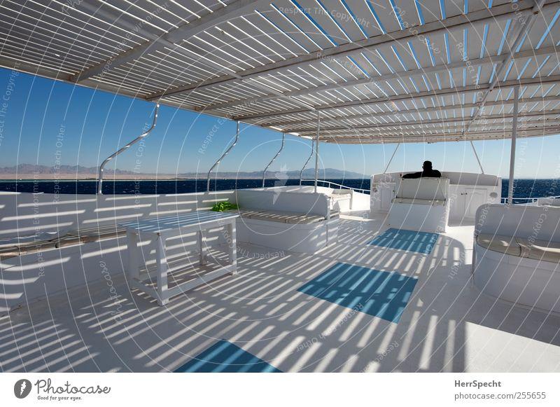 Halbschatten auf dem Sonnendeck Mensch Mann blau Ferien & Urlaub & Reisen weiß Meer Erwachsene Erholung Ferne Küste Tourismus Ausflug fahren Segeln Lebensfreude
