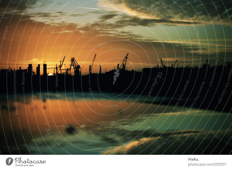 Guten Morgen, Hamburg! Himmel Wasser blau Stadt Sonne Wolken schwarz Stimmung orange nass Beginn Hafen Pfütze Industrieanlage Vignettierung