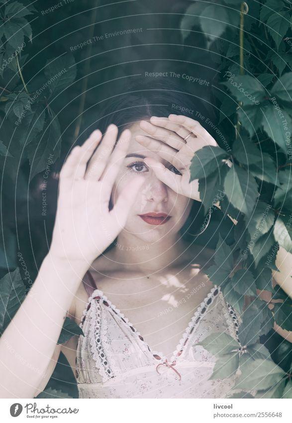 Frau im Unterholz Lifestyle Stil schön Sommer Garten Mensch feminin Erwachsene Körper Kopf Arme Hand 1 18-30 Jahre Jugendliche Natur Park Mode Unterwäsche