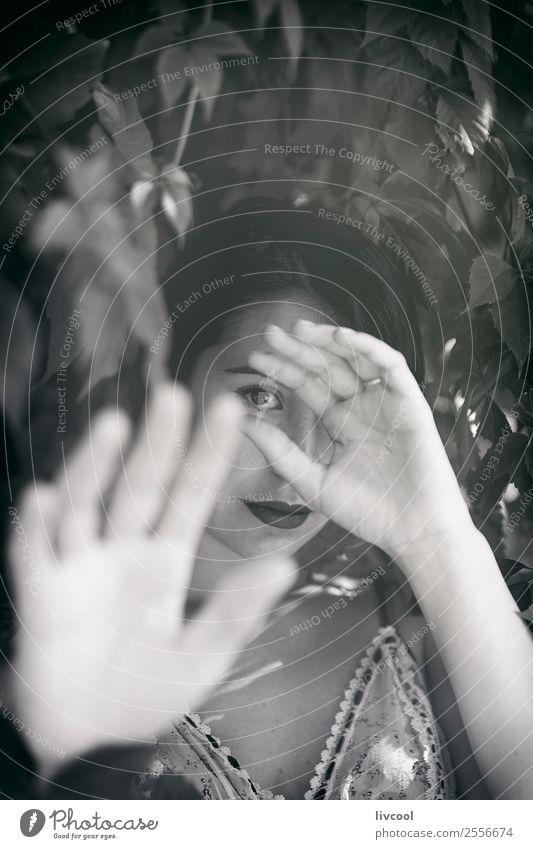 Frau im Unterholz II Lifestyle Stil schön Sommer Garten Mensch feminin Erwachsene Kopf Arme Hand 1 18-30 Jahre Jugendliche Natur Park Mode Unterwäsche Tattoo