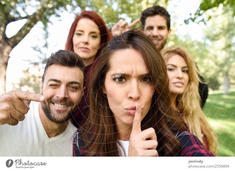 Gruppe von Freunden, die sich im urbanen Hintergrund selbstständig machen. Lifestyle Freude Glück schön Freizeit & Hobby PDA Mensch Junge Frau Jugendliche