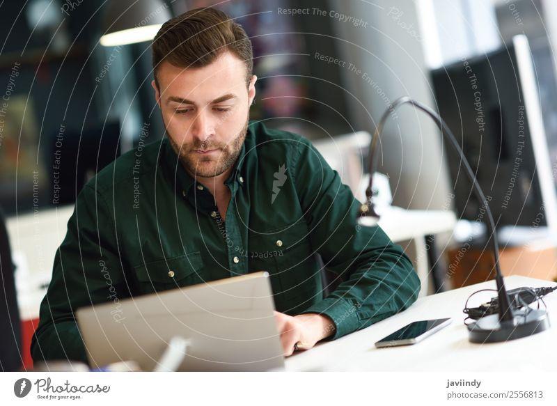 Junger Mann studiert mit Laptop-Computer Lifestyle Schule lernen Studium Arbeit & Erwerbstätigkeit Business Notebook Technik & Technologie Mensch maskulin