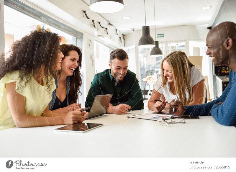 Fünf junge Menschen lernen mit Laptop und digitalem Tablett Lifestyle Haare & Frisuren Schreibtisch Tisch Schule Studium Arbeit & Erwerbstätigkeit Büro Sitzung