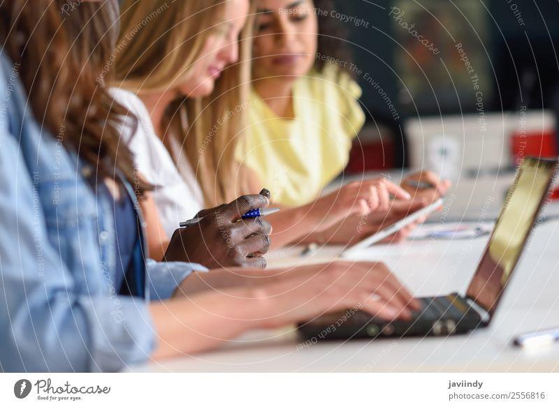 Junge Frau studiert mit Laptop-Computer auf weißem Schreibtisch. Lifestyle Tisch Schule lernen Studium Arbeit & Erwerbstätigkeit Büro Business Sitzung Notebook