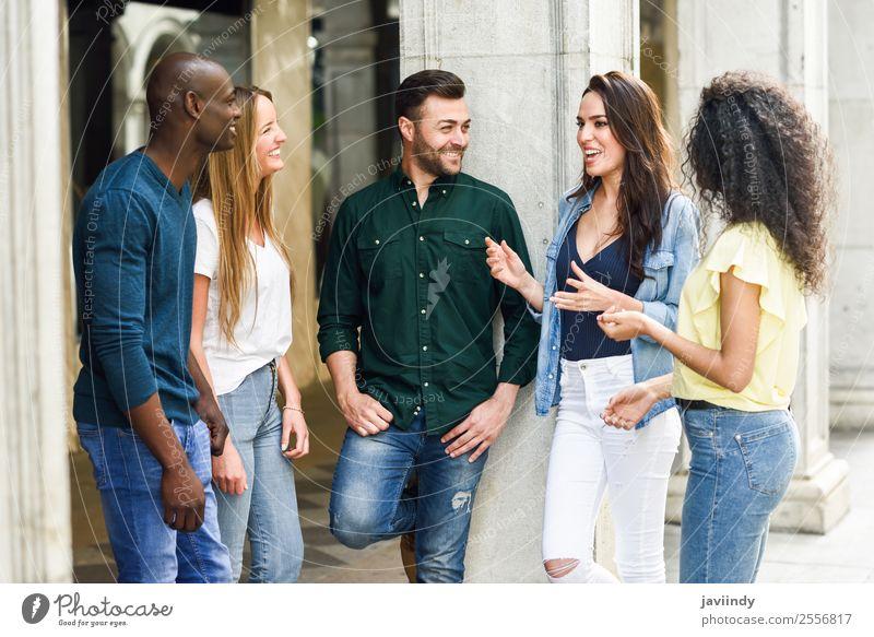 Multiethnische Gruppe junger Menschen, die sich im Freien unterhalten. Lifestyle Freude Glück schön Sommer Junge Frau Jugendliche Junger Mann Erwachsene