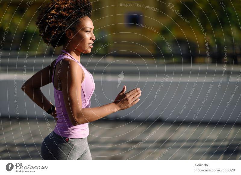 Schwarze Frau, Afro-Frisur, läuft ins Freie. Lifestyle schön Haare & Frisuren Wellness Freizeit & Hobby Sport Joggen Mensch feminin Junge Frau Jugendliche