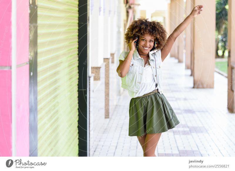 Junge attraktive schwarze Frau in der städtischen Straße Lifestyle Stil Freude Glück schön Haare & Frisuren Gesicht Musik Mensch feminin Junge Frau Jugendliche