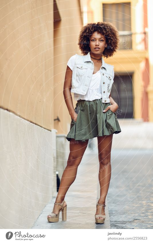 Junge attraktive schwarze Frau in der städtischen Straße Lifestyle Stil schön Haare & Frisuren Gesicht Mensch feminin Junge Frau Jugendliche Erwachsene 1