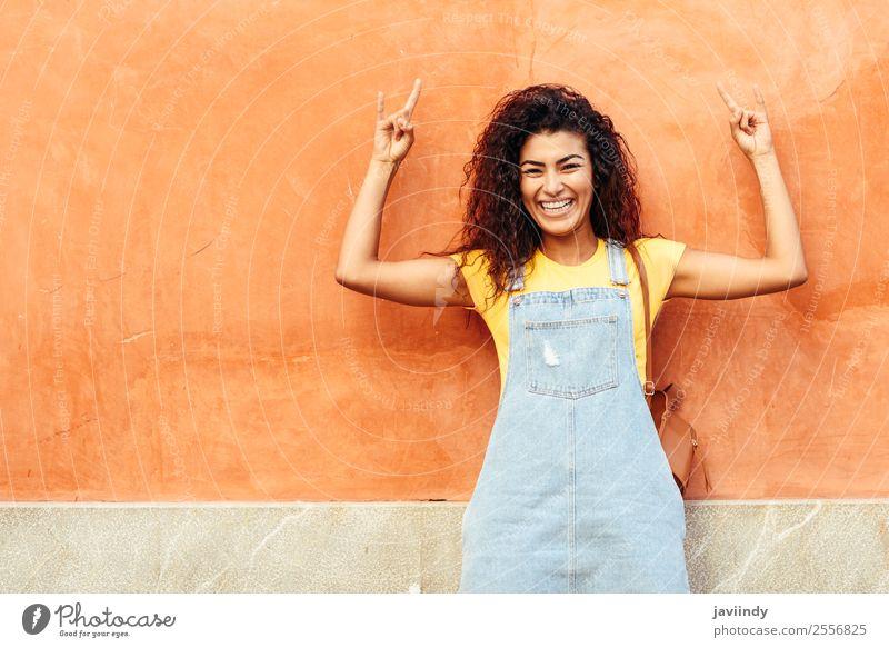 Frau Mensch Jugendliche Junge Frau schön 18-30 Jahre schwarz Gesicht Straße Lifestyle Erwachsene Herbst feminin Gefühle Glück Stil