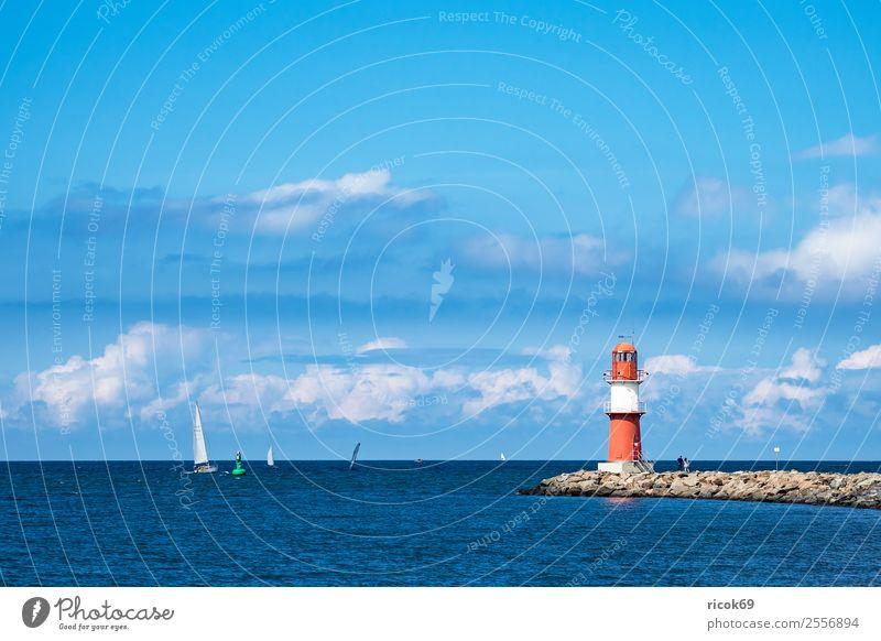 Mole an der Ostseeküste in Warnemünde Erholung Ferien & Urlaub & Reisen Tourismus Meer Wasser Wolken Küste Leuchtturm Sehenswürdigkeit Schifffahrt Segelboot
