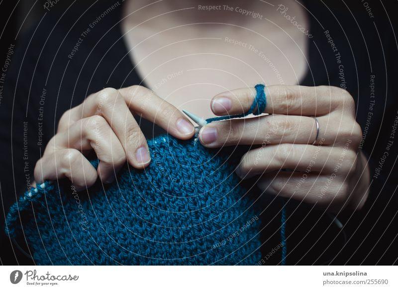 una.strickolina Freizeit & Hobby Handarbeit stricken feminin Frau Erwachsene Finger 1 Mensch Accessoire Schal festhalten Wolle Stricknadel Winter Farbfoto