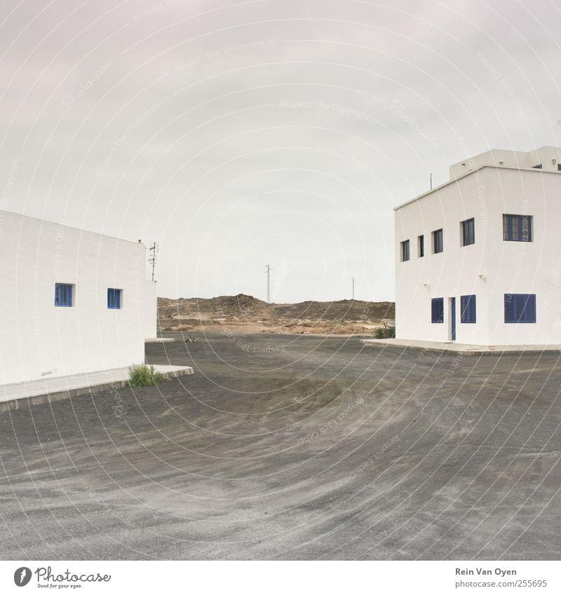 ruhig Haus Straße Fenster Wand Architektur grau Mauer Sauberkeit Hügel Dorf Gelassenheit Stadtzentrum Ödland minimalistisch
