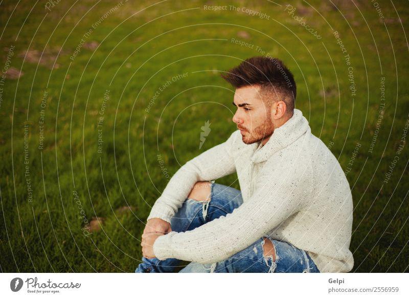 Attraktiver Kerl Lifestyle Stil Mensch Junge Mann Erwachsene Landschaft Gras Wiese Mode Vollbart Denken Coolness Erotik trendy modern stark Typ jung