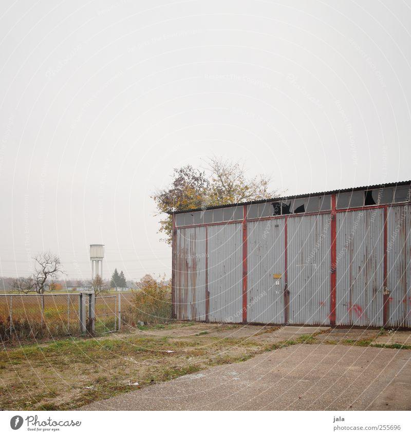 garage Himmel Baum Pflanze Herbst Gras Gebäude Platz trist Sträucher Bauwerk Garage Garagentor Wasserturm