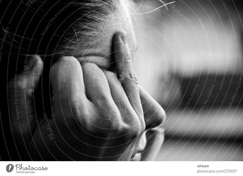 what the... nein, kleiner Finger Mensch Frau Hand Erwachsene Gefühle Kopf Traurigkeit Denken träumen Stimmung Nase authentisch trist Gesicht