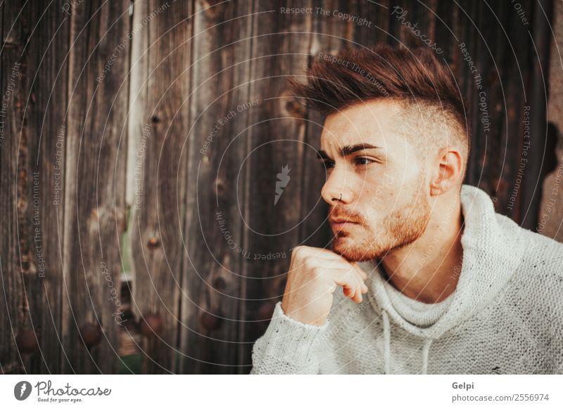 Attraktiver Mann Lifestyle Stil Meditation Haus Mensch Junge Erwachsene Mode Vollbart Holz alt Denken Coolness Erotik trendy modern stark schwarz Typ jung