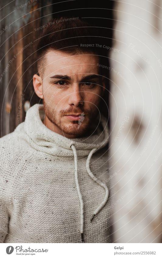Attraktiver Kerl Lifestyle Stil Haus Mensch Junge Mann Erwachsene Mode Jacke Vollbart Holz alt Coolness Erotik trendy modern stark schwarz Typ jung gutaussehend