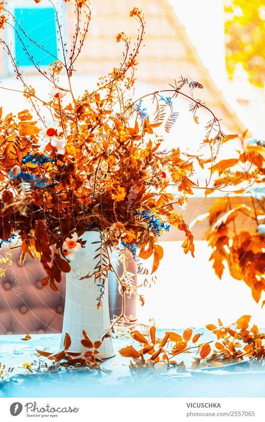 Herbst Blumenstrauß in Vase auf dem Tisch am Fenster Lifestyle Stil Design Leben Häusliches Leben Innenarchitektur Dekoration & Verzierung Wohnzimmer einfach