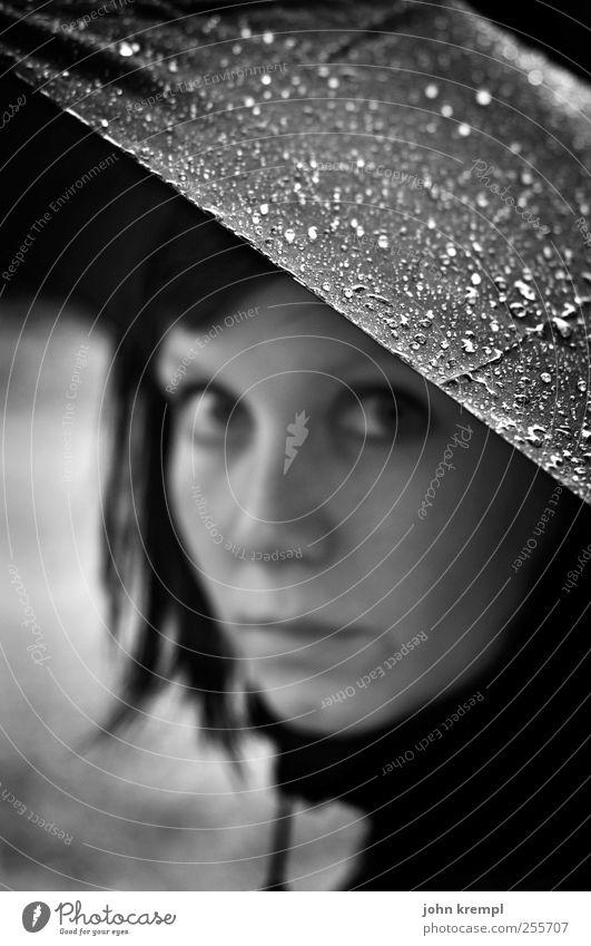 300 | Perlen Mensch Jugendliche Einsamkeit Gesicht Erwachsene feminin Traurigkeit träumen Regen Hoffnung Tropfen 18-30 Jahre Neugier Schutz geheimnisvoll