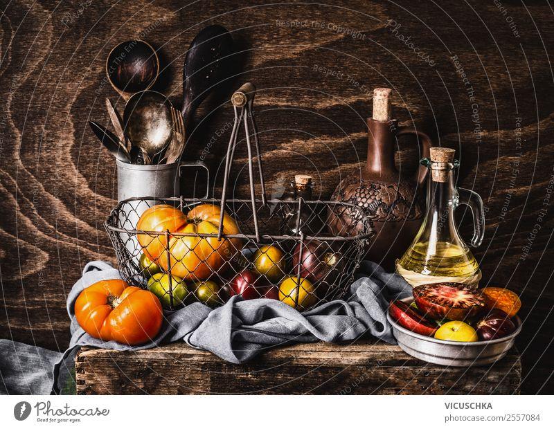 Bunte Tomaten auf rustikalem Küchentisch Lebensmittel Gemüse Ernährung Vegetarische Ernährung Geschirr kaufen Stil Design Gesunde Ernährung Häusliches Leben