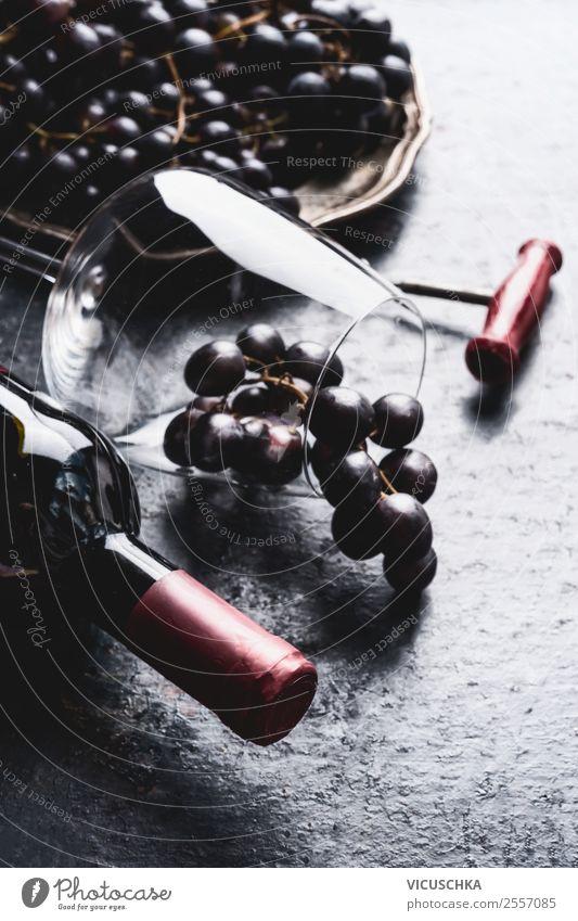 Rotwein Flasche mit Weinglas und Weintrauben Frucht Getränk Geschirr Glas kaufen Stil Design Tisch Party Veranstaltung Restaurant Bar Cocktailbar retro